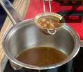 Прецеждаме и редуцираме и соса. Добавяме масло, за да стане плътен. Поднасяме телешкия фондан с кенели от пюре. Поливаме със сос и декорираме със салвия.