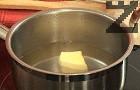 Наливаме 450 мл гореща вода, добавяме маслото, поръсваме със сол и захар. Когато течността кипне, изключваме котлона.
