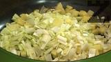Нарязваме праза и картофите, изпържваме до златисто в 6 с.л. сгорещено олио, като разбъркваме непрекъснато. Посоляваме, прехвърляме в тава.