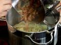 Отцеждаме сварените талятеле, към тях добавяме задушения бекон и разбитите яйца. Настъргваме кашкавал и сервираме.