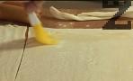 Нанасяме с четка по повърхността на бутер тестото.