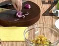 Нарязваме кисели краставички, картофи и салатен лук. Претриваме лука с малко сол и захар