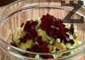 Нарязваме ябълката на малки кубчета. Прехвърляме продуктите в купа и добавяме изпеченото и обелено цвекло, нарязано на кубчета.
