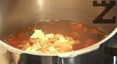 Варим още няколко минути, без да слагаме капака на тенджерата. Нарязваме магданоз, поръсваме върху супата.