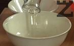 Размесваме със сухите съставки, разбъркваме, постепенно наливаме 100 мл топла вода. В самия край поръсваме с ванилия.