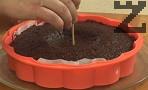 Печем в микровълнова на максимална степен около 7 мин. Проверяваме с шишче или клечка дали сърцевината е изпечена. Ако не е, удължаваме времето за печене. Оставяме няколко минути на изключена фурна, без да отваряме вратата /поне още 5 мин./