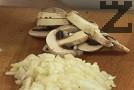 Нарязваме лука на ситно, гъбите – на филийки, а пилешкото месо – на малки хапки.