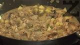 В самия край поръсваме с босилек, оставяме да ври 1-2 мин. Поднасяме с бял сварен ориз Жасмин или Басмати.