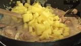 Нарязваме картофите на много малки кубчета, прибавяме ги към останалите продукти.