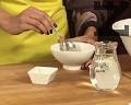 Разтваряме маята в 2-3 с.л. хладка вода, прибавяме и меда, разбъркваме. Посоляваме, продължаваме да размесваме. Оставяме да почине за кратко, за да набъбне маята. /Ако използваме царевично масло, прибавяме растителна мая./