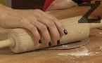 Разделяме тестото на няколко парчета, всяко от тях разточваме на малки кръгове с дебелина 0,5 см.