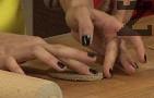 Поръсваме с малко брашно, изрязваме кръгове с помощта на метален ринг или чаша. Леко притискаме краищата, за да оформим ръб.