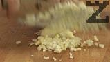 Приготвяме кюфтетата. Нарязваме на ситно лука, смесваме с каймата и останалите продукти.