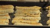 Печем в средата на предварително загрята на 180 градуса фурна, в продължение на 12-15 мин. Соленките са подходящи за пелин.