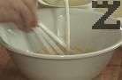 След като се получи гъст крем, прехвърляме към разтопения и леко изстинал шоколад. Размесваме добре. Приготвяме ореховия крем. В купа разбиваме жълтъците с готварски тел, заедно със захарта. Заливаме с прясното мляко, прибавяме пшеничното брашно.