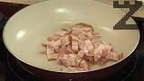 Нарязваме бекона на парченца, които поставяме в леко затоплен тиган.