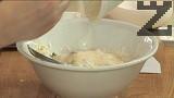 Прехвърляме и бекона с лука. В отделна купичка разбиваме киселото мляко, докато стане еднородна смес. Прибавяме яйцето, размесваме добре. Натрошаваме ¾ от сиренето, разбъркваме с ръце.