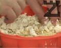 Отгоре поръсваме с останалата част от натрошеното сирене. Поставяме в по-ниската част на фурната, печем на 180 градуса в продължение на 25-30 мин.