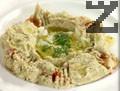 Сервираме хумуса в подходяща чиния, поливаме със зехтин, поръсваме с червен пипер, ситно нарязан кромид лук и магданоз. Гарнираме с лимон и арабски хляб.