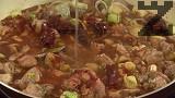 Отстраняваме дафиновите листа, прехвърляме ястието в глинен съд, който поставяме в студена фурна. Печем на бавен огън – 160 градуса, в продължение на 60 мин.
