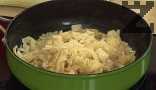 Нарязваме на ивички зелевите листа. Задушаваме ги за 10-15 мин. под капак, заедно с наситнения лук.