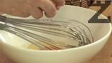 Приготвяме заливката. Размиваме брашното с малко зелев сок, колкото да се размесят продуктите. Прибавяме яйцата, продължаваме да разбиваме с готварски тел.