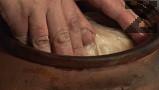 На дъното на глинен съд наливаме част от кравето масло, в което сме пържили патицата. Редим няколко листа кисело зеле, поръсваме с 1-2 ч.л. червен пипер.