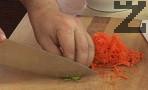 Настъргваме моркова на едро ренде, наситняваме целината. Задушаваме ги в малко краве масло за 30 сек.