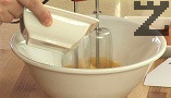 Яйцата се разбиват със захар 2-3 минути докато станат пухкави. Налива се олиото като не спира бъркането докато се смеси добре.