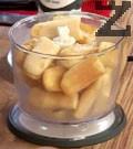 В блендер смиламе бишкоти с малко захар. Смиламе и бадемите със захар и прехвърляме при бишкотите.