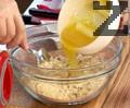 Наливаме разтопено масло и разбъркваме, докато се получат трохи, които изсипваме във форма за печене.