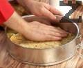 Разстиламе и оформяме блат. Печем за 5 минути в предварително загрята на 175 градуса фурна.