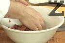 Нарязваме месото на тънки ивички, прехвърляме ги в купа. Прибавяме продуктите за маринатата, размесваме с ръце, като втриваме добре съставките.