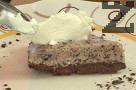 Преди поднасяне поръсваме с ледено студена разбита сметана и още натрошен шоколад.