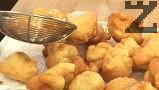 При сервиране поръсваме обилно с пудра захар, размесена с ванилия.