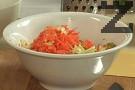 Настъргваме моркова на едро ренде, прибавяме и него.