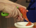 Върху всяко парче картоф редим филийка белен домат.