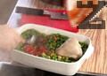 Отгоре се подреждат леко сварените бутчета. Бульона от варенето на пилешкото се прецежда и слага в тавата. Ястието се запича в предварително затоплена фурна на 180 ℃ за 15 минути. Грахът се отцежда от водата и слага при запеченото пилешко. Бутчетата се поръсват с малко червен пипер и ястието се