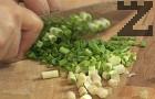 Загряваме олио и запържваме нарязания на ситно пресен лук за 30-40 сек.