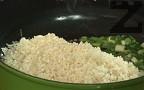 Добавяме измития ориз и пържим, докато стане стъклен. Посоляваме, поръсваме с черен пипер.
