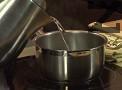 Заливаме с 1 к.ч. гореща вода, колкото да покрием продуктите.