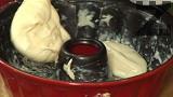 Намазваме с малко краве масло форма за печене на кекс. Изсипваме сместа, като оставяме малка част от тестото /около 2-3 с.л./