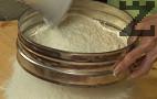 Пресяваме брашното. В средата оформяме кладенче, поръсваме с 1 с.л. захар.