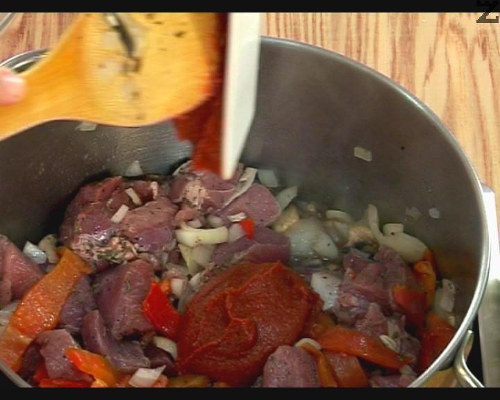 Следва счукан чесън и маринованото месо заедно с маринатата. Налива се 200 мл. гореща вода и посолява. Под капак ястието се вари 20 минути. Тогава се добавя доматено пюре, щипка захар и черен пипер. На тих огън кебапа се вари под капак за 20 минути.