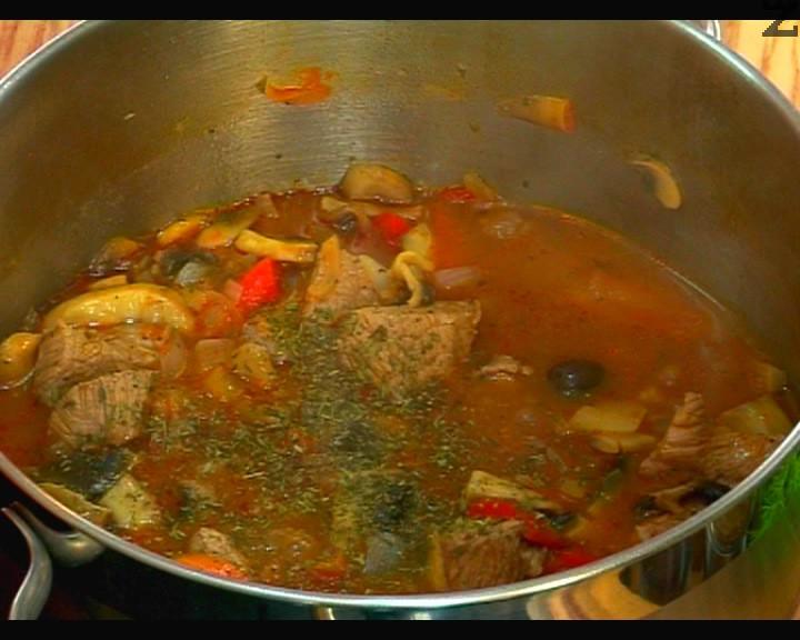 В купичка се разтваря супена лъжица брашно с 5-6 с.л. студена вода и се слага при сотвеното ястие. Добавят се маслини, чубрица и дребно нарязан магданоз. Кебапа се задушава 5-6 минути и сервира.