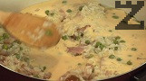 В купа намачкваме крема сиренето, прибавяме жълтъците. Прехвърляме към поелия цялата течност ориз.