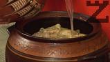 Наливаме равни количества вода и зелева чорба, колкото да покрием сармите.