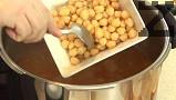 Към супата прехвърляме звездичките и предварително сварения нахут. Поръсваме с нарязаните на ситно клонки целина и босилек. Варим под налягане още 3 мин.