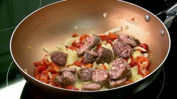 Суджукът се нарязва на колелца и слага при омекналите зеленчуци. След две минути пържене се слагат и задушените манатарки. Подправят се с червен пипер и след минута кавърмата е готова.