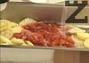 Прехвърляме и доматите, поръсваме със сол и захар.